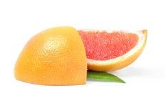 2 куска грейпфрута на белой предпосылке Стоковая Фотография