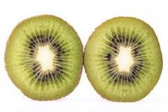 2 куска свежего зеленого плодоовощ кивиа изолированного на белом backgr Стоковые Фото
