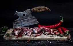 2 куска сырого мяса при старый мясник прерывая нож Стоковые Фотографии RF