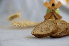 4 куска хлеба на сером крупном плане ткани Стоковое фото RF