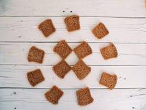 13 куска хлеба лож на белых досках Стоковая Фотография