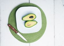 Куски авокадоа на белой плите Стоковая Фотография