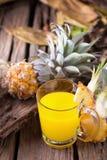 Куски ананаса и сок ананаса Азиатск-стиль на старой древесине Стоковая Фотография RF