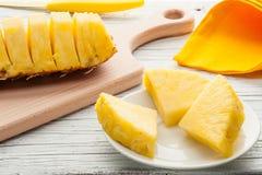 Куски ананаса на белой деревянной предпосылке Стоковые Изображения RF