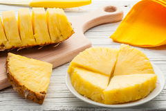 Куски ананаса на белой деревянной предпосылке Стоковое Изображение