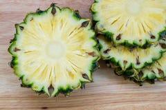Куски ананаса на деревянной предпосылке Стоковое фото RF