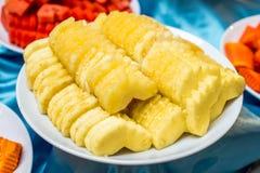 Куски ананаса на плите Стоковые Изображения