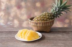 Куски ананаса на плите Стоковое Фото