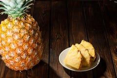 Куски ананаса на темной деревянной предпосылке Стоковая Фотография RF