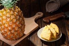 Куски ананаса на темной деревянной предпосылке Стоковое Изображение RF