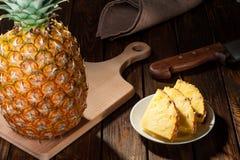 Куски ананаса на темной деревянной предпосылке Стоковое фото RF