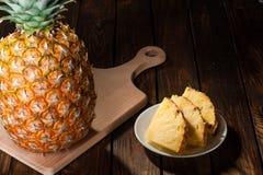 Куски ананаса на темной деревянной предпосылке Стоковые Изображения RF