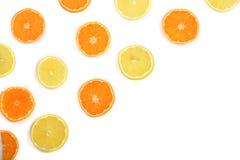 Куски апельсина или tangerine и лимона изолированных на белой предпосылке с космосом экземпляра для вашего текста Плоское положен Стоковое Фото