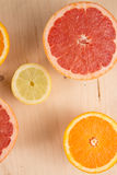 Куски апельсина, лимона, грейпфрута на деревянной предпосылке Стоковое Фото