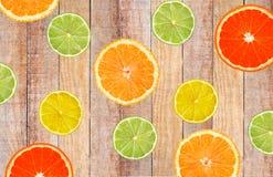 Куски апельсина, лимона, известки и грейпфрута на деревянной таблице Стоковая Фотография