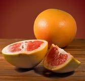 Куски апельсина на таблице Стоковые Фотографии RF