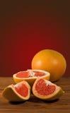 Куски апельсина на таблице Стоковое фото RF