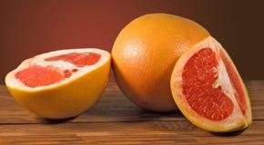 Куски апельсина на таблице Стоковое Фото