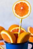 Куски апельсинов в голубой кружке Стоковая Фотография