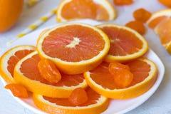 Куски апельсинов на плите Стоковое Изображение RF