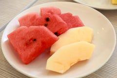 Куски арбуза и канталупы на блюде Стоковые Изображения RF