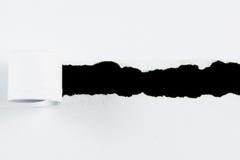 Куски бумаги белой бумаги разрыва на черноте Стоковое Изображение RF