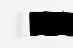 Куски бумаги белой бумаги разрыва на черноте Стоковые Фотографии RF