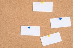 Куски бумаги прикалыванные к пробочке Borad Стоковые Изображения RF