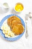 Куски блинчика и банана на голубой плите на яркой поверхности Очень вкусный и здоровый завтрак Стоковая Фотография