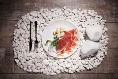 Куски ветчины и сыра на белой плите Бокал вина и блюдо на белизне облицовывают предпосылку Дорогой обедающий Стоковые Изображения RF