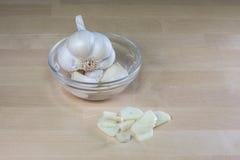 Куски головы чеснока и чеснока с стеклянным шаром Стоковое Изображение RF