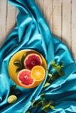 Куски грейпфрута и апельсина на плите Стоковая Фотография