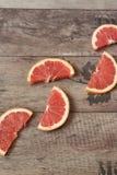 Куски грейпфрута на деревянной предпосылке Естественный свет скопируйте космос Стоковое Изображение RF