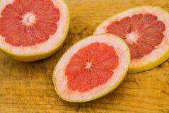 Куски грейпфрута на деревянной разделочной доске Стоковое Фото