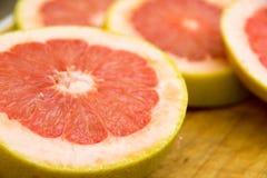 Куски грейпфрута на деревянной разделочной доске Стоковые Изображения RF