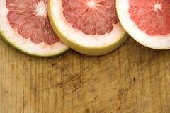 Куски грейпфрута на деревянной разделочной доске Стоковые Фотографии RF