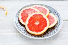 Куски грейпфрута на плите Стоковое фото RF