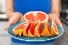 Куски грейпфрута на плите Стоковое Изображение