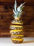 Куски летания ананаса на деревянной предпосылке closeup Стоковая Фотография RF