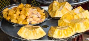 Куски джекфрута на подносе на рынке стоковая фотография