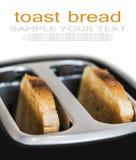 куски зажаренной здравицы вставляя из черного тостера Стоковое фото RF