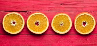 Куски засыхания апельсина на красной деревянной предпосылке Взгляд сверху Стоковые Изображения RF