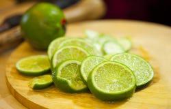 Куски зеленой известки с соком и непрерывной известкой Стоковое Изображение RF