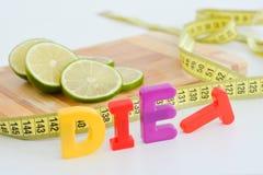 Куски известки на разделочной доске и измеряя ленте предлагая концепцию диеты Стоковое Изображение