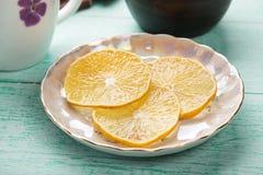 Куски лимона на поддоннике Стоковые Фотографии RF