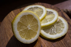 Куски лимона на темной разделочной доске Стоковые Фотографии RF