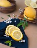 Куски лимонов на голубой ткани Стоковое Изображение