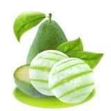 Куски и листья авокадоа изолированные на белизне с путем клиппирования Стоковые Фотографии RF