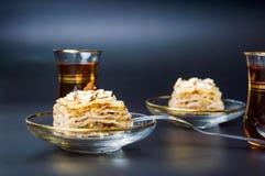 Куски и чай бахлавы Аравийский десерт Стоковое Изображение RF