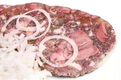 Куски кабанины свинины с луком на плите стоковые фотографии rf